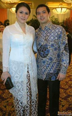 #batik #kebaya #Indonesia Kebaya Lace, Batik Kebaya, Batik Dress, Kebaya Modern Hijab, Kebaya Hijab, Kebaya Brokat, Muslim Fashion, Modest Fashion, Indonesian Kebaya