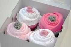 Babyparty Geschenke box-cupcakes-selber-machen-hweiss-pink-strampelanzuege-babysoeckchen