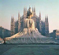 Christo Javacheff. Christo (n. Bulgaria, 1935) y Jeanne-Claude (Casablanca, Marruecos, 13 de junio de 1935 - Nueva York, Estados Unidos, 18 de noviembre de 2009)1 conformaban un matrimonio de artistas que realizaban instalaciones artísticas ambientales, similares al Land Art.