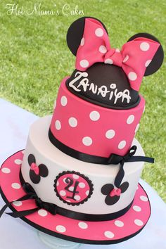 Zanaiya's Minnie Mouse Cake Make just like this bottom later pink with black Minnie cutter around , top layer white with p ink dots KL minnie done styrofoam circles panted black and fondant covered with fondant pink minnie bow Mickey And Minnie Cake, Bolo Minnie, Pink Minnie, Minnie Mouse Cake, Disney Themed Cakes, Disney Cakes, Cake Pops, Minnie Birthday, Birthday Cake Girls