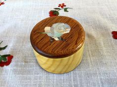 Jewelry Box- Rose mother of pearl inlay - Ideal for necklaces and earrings  Handmade jewelry box in ash and mahogany. On the cover there's a lovely mother of pearl and abalone inlay of a rose. Shellac finishing Size: 3 1/8in  diameter, 2in height.  Portagioie in frassino e mogano. Sul coperchio è intarsiata una rosa in madreperla bianca e paua abalone. Finitura a gommalacca Diametro esterno 8cm, altezza 5cm. Diametro interno 6cm, profondità 3,5cm. Ideale per orecchini o collane. MADE IN…