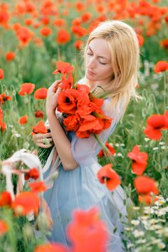 A blue gown and red poppy bouquet | fabmood.com