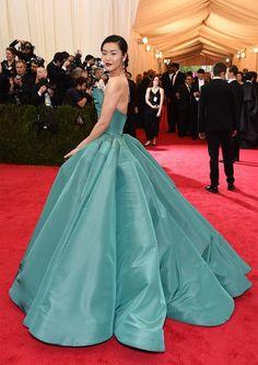 カラーボールガウンで極上ゴージャス!本当に舞踏会みたいなドレス姿にうっとり♡にて紹介している画像