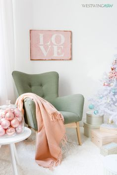 Der Sessel Lady überzeugt mit dezenter Retro-Optik in angenehmer Farbnuance. Ob als Highlight in puristischen Wohnwelten im Scandi-Style oder in verspielten Vintage-Apartments: LADY macht sich in jedem individuellen Konzept gut.