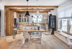 Nový domov v eklektickém stylu s nádechem Skandinávie Kitchen Interior, Kitchen Design, Cottage Renovation, Sweet Home, New Homes, House Design, Interior Design, Living Room, Table