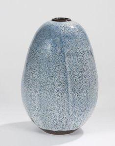 Frère Daniel de MONTMOLLIN (né en 1921)Frère Daniel de MONTMOLLIN (né en 1921)  Vase ovoïde à petit col annulaire. Épreuve en grès à décor d'émail à base de cendres de végétaux de couleur bleu-gris sur fond noir. Cachet en creux D. TAIZE sous la base. H.: 27,5 cm