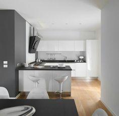 Weiße Küche, dunkle Arbeitsplatte, heller Boden