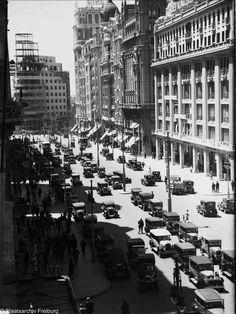 El Capitol todavía en construcción #AtascoenlaGranVía 1932 CC @SecretosdeMadri @Ls_Madriles @RetoHistorico