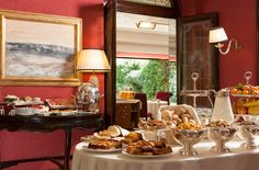 The Hotel Regency treats guests to a buffet breakfast every morning between 7:30 and 10:30. Wake up with homemade croissants and the aroma of bread straight from the oven, gourmet preserves, natural cereals, wholesome yoghurt, fresh seasonal fruit and eggs prepared according to your personal preference. The meal is accompanied by freshly squeezed Sicilian orange, grapefruit and tangerine (seasonal) juice and exquisite Italian coffees: creamy cappuccino, espresso and more.