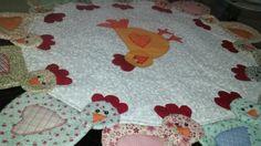 Centro de mesa Galinhas em patchwork, Confeccionado em tecido 100% algodão, estruturado com manta resinada e quiltado,