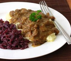 Hachee (Dutch Beef and Onion Stew). Hachee a traditional Dutch Beef & Onion Stew with a deliciously rich depth of flavor. Veal Recipes, Amish Recipes, Dinner Recipes, Cooking Recipes, Soup Recipes, Recipies, Traditional Dutch Recipes, Netherlands Food, Amsterdam Netherlands