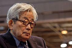 """Somos desafiados pelo destino em algum momento de nossas vidas. Nessas horas, em que o irreversível ou o assustador ocorre, o que você faz? Abraça a tentadora fuga ou enfrenta seus problemas de frente? O perturbador e polêmico livro """"Uma questão pessoal"""", do escritor japonês e nobel de literatura Kenzaburo Oe, trata justamente dessa difícil situação. http://obviousmag.org/campo_de_visao/2015/09/uma-questao-pessoal---o-polemico-livro-de-kenzaburo-oe.html"""