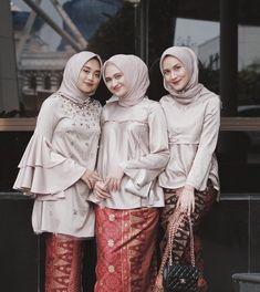 """ถูกใจ 37.5k คน, ความคิดเห็น 151 รายการ - Dwi Handayani Syah Putri (@dwihandaanda) บน Instagram: """"Bridesmaid on duty ✨#megaulwedding Komeng suka baca , bacanya tentang buaya Neng mega , selamat…"""""""