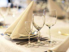 Kauniisti muotoon taiteltu servetti on juhlava ja käytännöllinen koriste. Taittelutapoja on monia. White Wine, Alcoholic Drinks, Glass, Napkin Rings, Parties, Table, Fiestas, Drinkware, Corning Glass