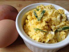 Zelf eiersalade maken is erg simpel en bovendien erg lekker. Met deze gezonde suikervrije, glutenvrije variant zet u in een handomdraai iets lekkers neer!