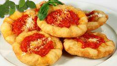 Ricetta pizzette fritte - La ricetta per preparare in casa le pizzette fritte napoletane da condire con salsa di pomodoro, formaggi, verdure e salumi.