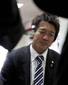 [ 広島:下田崇選手引退会見 ] 囲み中にかいま見せた笑顔。 会見は「相当、緊張した」(下田)。百戦錬磨のベテランでも、自身の引退会見は特別だったようだ  ★会見でのコメントはこちら  -------- ★広島2011シーズンパス 申し込み受付中!  2010年12月18日(土):広島市内