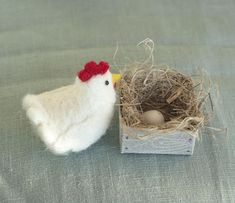 needle felted cat Start your own chicken farm! This listing is for one needle felted laying hen. Origami boxwhich is crafted from paper made from recycled flax fibermeasures about Needle Felted Cat, Needle Felted Animals, Felt Animals, Needle Felting Supplies, Needle Felting Tutorials, Felt Bunny, Felt Cat, Primitive Doll Patterns, Felt Finger Puppets