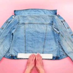 DIY craft idea for what to do with old jeans Diy Clothes Design, Diy Fashion Projects, Diy Vetement, Denim Ideas, Painted Clothes, Altering Clothes, Recycled Denim, Clothing Hacks, How To Make Shorts