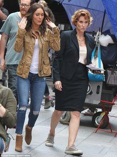 Cambio Outfit: Megan fue posteriormente descubierto en una chaqueta de carga de color caqui, blusa blanca, pitillos denim en dificultades, y botines marrones, como Judith llevaba un traje de falda negro y blusa blanca