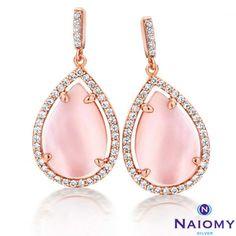 Ce bijou fantaisie est en argent avec un plaqué rose et des oxydes de  zirconium blancs brillants.