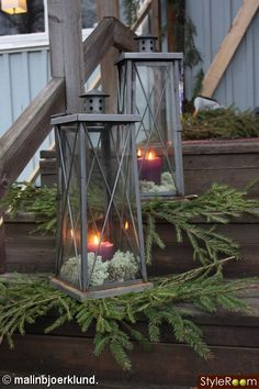 inspiration - En klippbok om inredning on front porch Front Door Christmas Decorations, Christmas Planters, Christmas Porch, Farmhouse Christmas Decor, Merry Little Christmas, Rustic Christmas, Simple Christmas, Christmas Holidays, Xmas