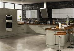 Interesante combinación de campana y muebles altos de cocina.