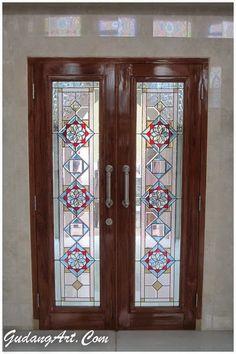 Aksen pintu kaca patri masjid