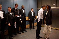 Wie schaue ich am besten weg? Das denken sich wohl die Kellner, die einen intimen Moment von Barack Obama und seiner Frau Michelle in einem Fahrstuhl miterleben. Während die einen auf den Boden (oder überallhin sonst) starren, wagt ein Kellner im Bildhintergrund ganz unauffällig einen Blick auf das Ehepaar.