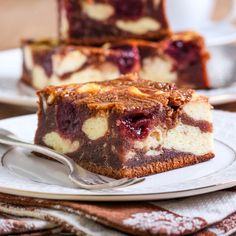 Saftige Low Carb Cheesecake-Brownies mit Kirschen
