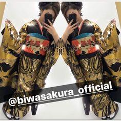 【公式】滋賀 振袖 レンタル/biwa桜 OFFICIALはInstagramを利用しています:「biwa桜渾身のオリジナル振袖❣️  スワロフスキーを300コ使用した、世界一豪華な振袖❣️ 金彩刺繍に、金彩染め加工と贅沢の贅沢を極めた豪華振袖❣️ 誰とも被りたくない、誰よりも目立ちたい子にはまさにオススメ🤩 まさに、振袖会のハイブランドです👑  某雑誌モテ…」 Kimono, Black, Instagram, Chanel, Fashion, Moda, Black People, Fashion Styles, Kimonos