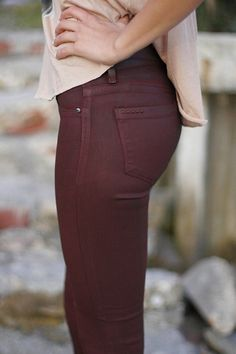 Oxblood skinnies- like these but in my opinion only really skinny ppl look good in colored jeans Looks Chic, Looks Style, Style Me, Fashion Moda, Look Fashion, Fashion Beauty, Fashion Shoes, Girl Fashion, Denim Fashion