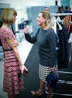 Anna Wintour conversa com Miuccia Prada no backstage de desfile da Prada.