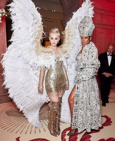 Rihanna and Katy Perry attend the Heavenly Bodies: Fashion & The Catholic Imagination Costume Institute Gala at The Metropolitan Museum of Art on May 2018 in New York City. Katy Perry, Met Gala Outfits, Sarah Jessica Parker, Style Feminin, Gala Dresses, Dolce & Gabbana, Celebs, Celebrities, Rihanna