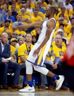 Golden State Warriors 'Andre Iguodala aponta para Stephen Curry depois de 3 pontos de Iguodala contra o Houston Rockets no jogo 2 da primeira rodada de eliminatórias da NBA na Oracle Arena, em Oakland, Califórnia, na segunda-feira, 18 de abril de 2016. Foto:. Scott Strazzante, The Crônica / ONLINE_YES