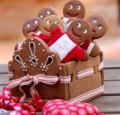 Gingerbread cookie box - great for christmas gift or treats Christmas Gingerbread House, Christmas Sweets, Christmas Cooking, Noel Christmas, Christmas Goodies, Gingerbread Man, Simple Christmas, Gingerbread Cookies, Christmas Kitchen