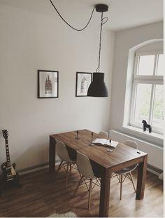 Wohnzimmer livingroom/ diningroom Essbereich mit Massivholztisch Esstisch, IKEA Hangar Industrie Lampe darf grey grau, Eames Chair, finansiell, Schaffell; HEKTAR