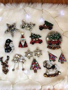 Christmas Balls Diy, Christmas Jewelry, Handmade Christmas, Handmade Beaded Jewelry, Brooches Handmade, Glitter Shirt, Bead Embroidery Jewelry, Beaded Embroidery, Shirt Diy