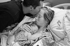 私たちの赤ちゃん、安らかにね――死産の子供と夫婦の「家族写真」