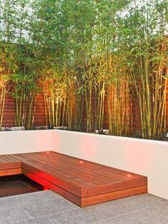 terrasse innenhof gestaltung bambuspflanzen holz zaun bodenleuchten