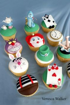 Alice in Wonderland Cupcakes! I would LOVE an alice and wonderland party! Yes, I am 31 but I dont care. Its my favorite:) Alice In Wonderland Cupcakes, Alice In Wonderland Birthday, Wonderland Party, Deco Cupcake, Cupcake Cakes, Cupcake Pics, Mini Cakes, Cute Cupcakes, Vanilla Cupcakes