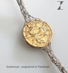 Detail Kette - handgestrickt aus Titandraht mit Goldmünzen www.atelier-zellhuber.de