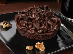 La torta Lindt è un vero paradiso di sapore per gli amanti del cioccolato. Viene realizzata con una base morbida ed una copertura cremosa. Ecco la ricetta