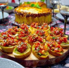 Bruschetta med pesto - ZEINAS KITCHEN Food For A Crowd, Canapes, Bruschetta, Pesto, Tapas, Brunch, Food And Drink, Appetizers, Ethnic Recipes