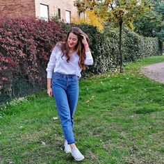 Thursday   Por fin ha dejado de llover , luego os enseño el look con abrigito ❤ #thursday #look #monturquoise #outfitday #fashion #style #newseason #zara #pullandbear #momjeans #converse #streetstyle #outfit #casual #redlips
