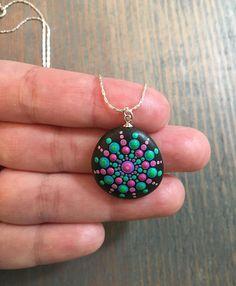 Mandala pintado collar de piedra Pintado a mano de punto