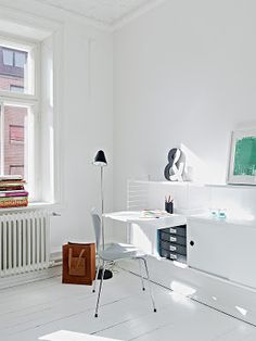 Home Office ǁ Fritz Hansen products: Seven™ chair by Arne Jacobsen Home Office, Office Style, Workspace Inspiration, Interior Inspiration, Interior Design Living Room, Living Room Designs, Mini Loft, Home Decor Catalogs, White Rooms