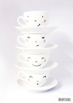 4 Handbesticktes lächelnd Tassen