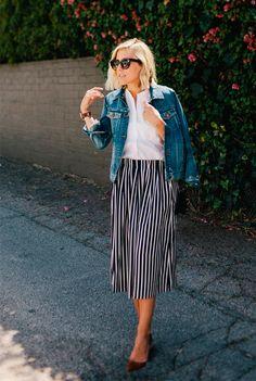 Street style da blogueira Jacey Duprie com camisa branca e saia listrada.
