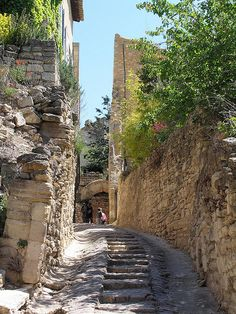 A passage through Gordes, France